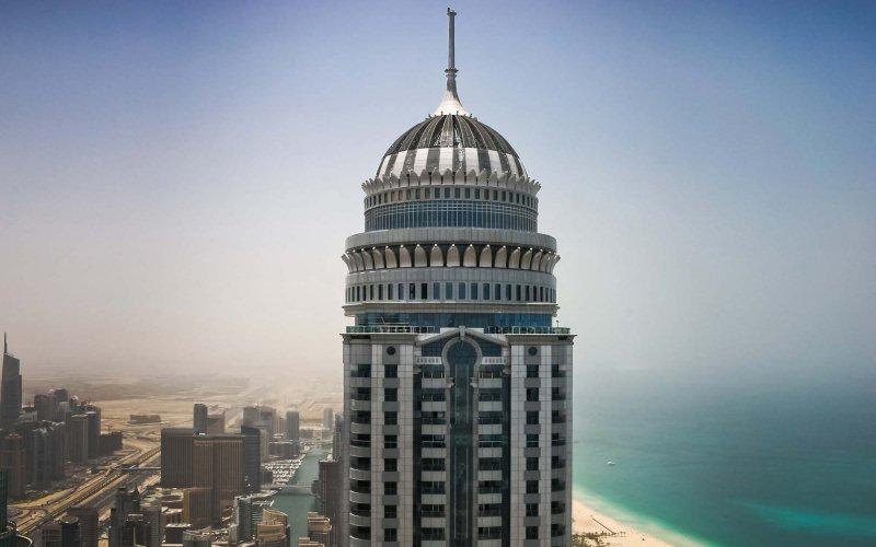 Команда парашутистів зістрибнула з даху найвищого в світі житлового будинку