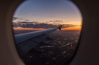 Навіщо насправді потрібно піднімати шторки ілюмінаторів в літаку